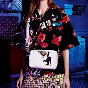 Скидки до 50% на сумки Prada @Farfetch